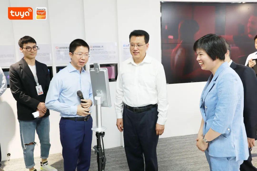 浙江省省长袁家军现场体验最新科研产品